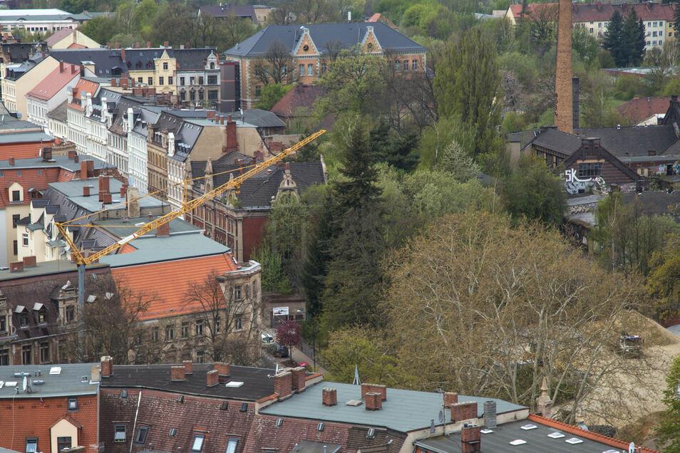 Auf dem grünen Areal in der Mitte des Bildes soll die neue Oberschule entstehen. Auch das ziegelrote Haus Rauschwalder Straße 73 wird mit einbezogen. Auf dem Bild ist es genau unter der Spitze des Kranarmes zu erkennen.