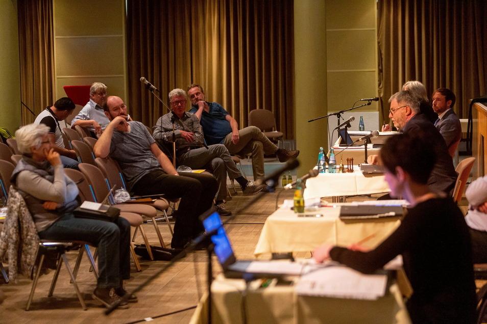 Fraktionsvorsitzende sitzen vorn: links Jutta Ebert von der CDU, dann Martin Rülke (Freitals Konservative Mitte), Frank Gliemann (Freie Wähler), Torsten Heger (AfD).