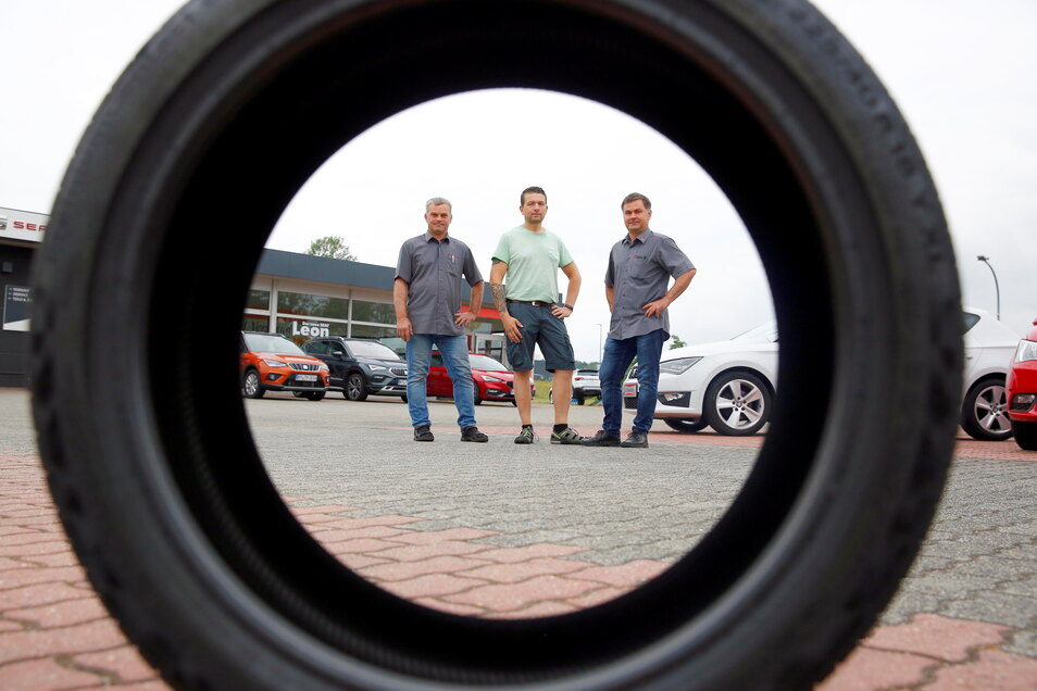 Die erste richtige Party nach dem Lockdown steigt in Kamenz am Seat-Autohaus im Gewerbegebiet am Ochsenberg. Eventmanager Thomas Träber (M.) freut sich mit den Autohaus-Chefs Ralf (l.) und Uwe Thomschke auf den 17. Juli.