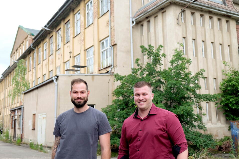 Geschäftsführer Mirko Krause (r.) und Produktionsleiter Martin Heinemann am Hauptgebäude der früheren Schuhfabrik Meißen.
