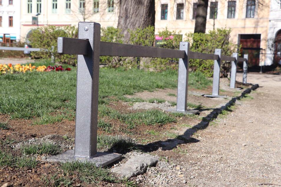 Diese Rabattengeländer sollen die Anlagen auf dem Wilhelmsplatz schützen. Hunde dürfen nicht auf die Wiese.