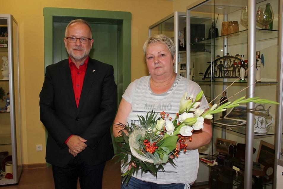 Ulrike Neumann wurde am Donnerstag als neue Ortsvorsteherin durch Oberbürgermeister Stefan Skora vereidigt. Für sie kam das sehr überraschend.