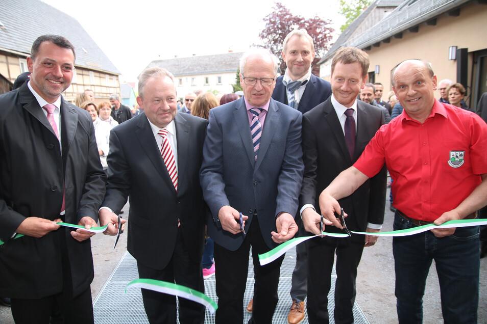Sie griffen gemeinsam zur Schere: Udo Witschas vom Landratsamt, Bürgermeister Veit Künzelmann, Ortsvorsteher Volkmar Lehmann, Ministerpräsident Michael Kretschmer und Dorfklubchef Peter Kunath (von links).