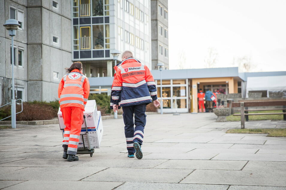Mitarbeiter des Deutschen Roten Kreuzes bereiten am Sonntagmorgen den Impfbeginn im Radeberger Alten- und Pflegeheim vor.