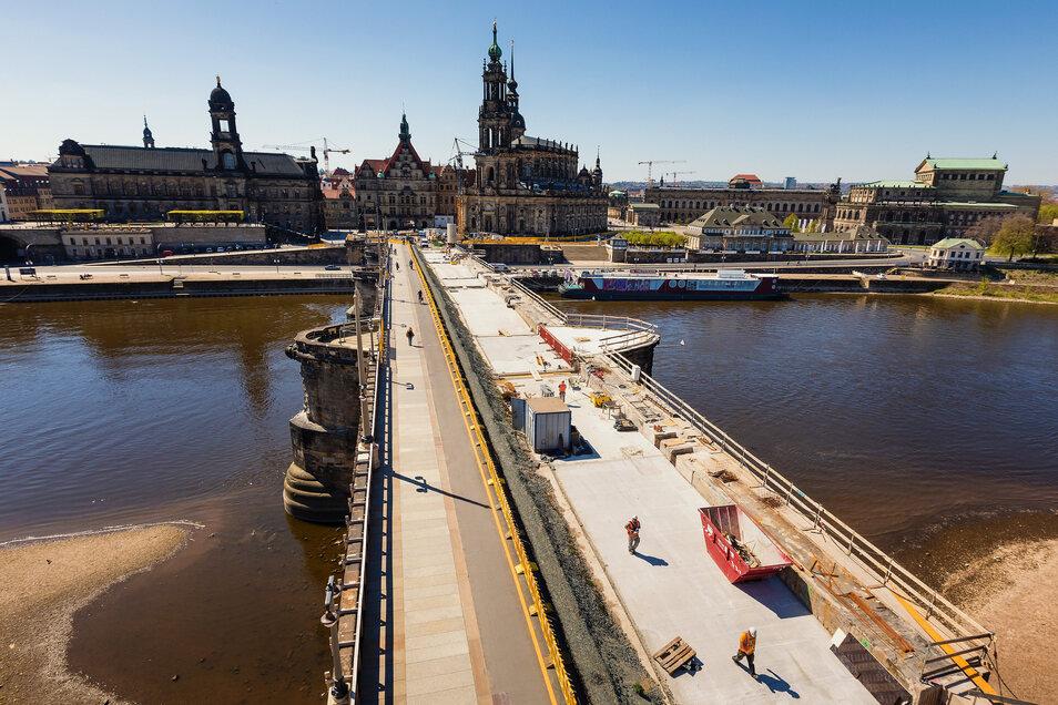 Blick aus dem Krankorb: Um das historische Bild der Dresdner Augustusbrücke zu erhalten, werden Straßen- und Fußwegbreite nicht geändert, Granitkrustenplatten, Pflaster wiederverwendet, der Sandstein restauriert, bleiben alte Lampenformen – mit LED-Leucht