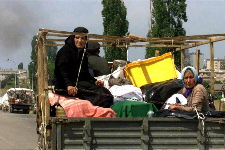 Eine serbische Familie verlässt im Juni 1999  mit ihren Habseligkeiten Pristina.