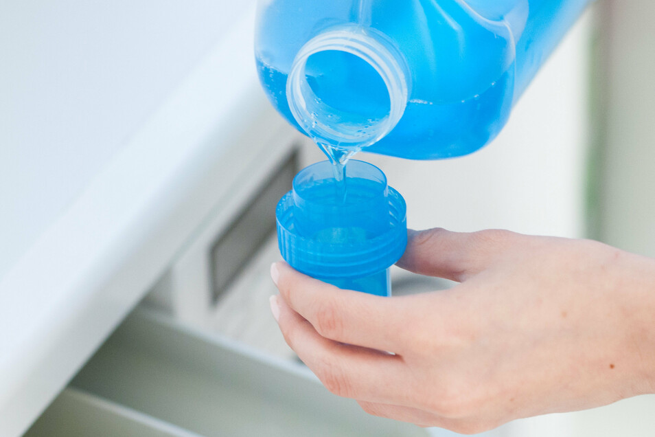 Auf die Dosis kommt's an: Wer Feinwaschmittel sparsamer verwendet, tut damit auch der Umwelt was Gutes.