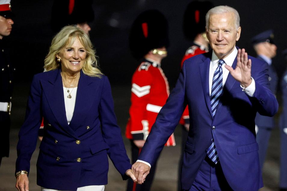 US-Präsident Joe Biden und seine Frau Jill, nachdem sie mit der Air Force One am Cornwell Airport in Großbritannien gelandet sind.