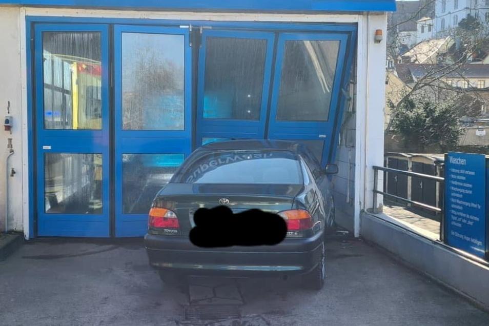 Bei dem Unfall entstand laut Polizei ein Sachschaden von rund 5.000 Euro.