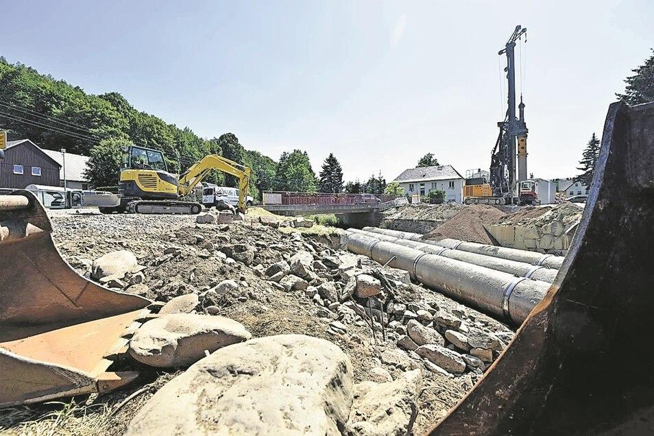 Reger Betrieb herrscht an der Baustelle für die neue Bahnbrücke in Obercarsdorf. Bisher wurde abgerissen, diese Woche beginnt der Neuaufbau.