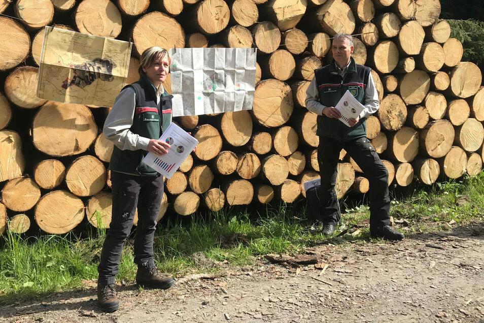 """Revierförsterin Annette Schmidt-Scharfe und Forstbezirksleiter Uwe Borrmeister. """"Wir müssen schleunigst zur planmäßige Waldpflege zurückkehren."""""""