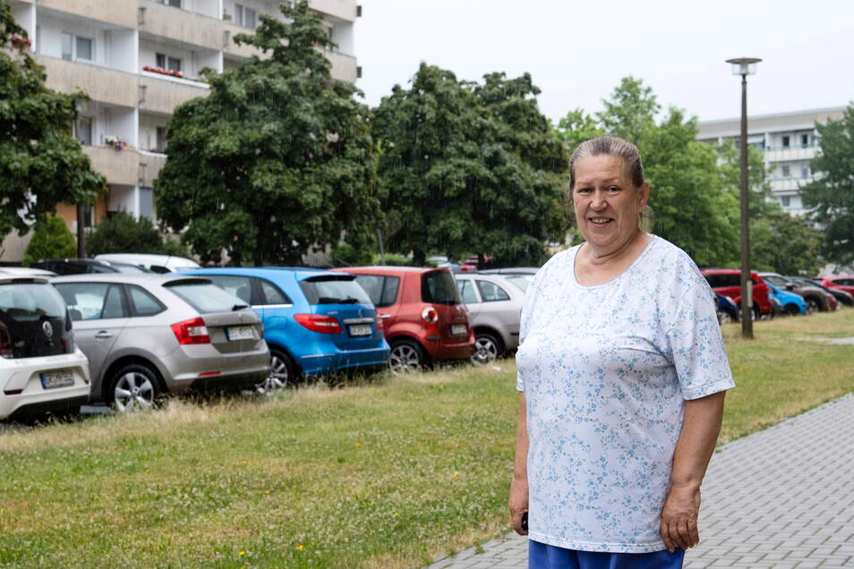 Helga Kittlaus vor dem leeren Grünstreifen an ihrem Block in Königshufen. Die Bäume im Hintergrund gehören zu den gegenüberliegenden Blöcken.