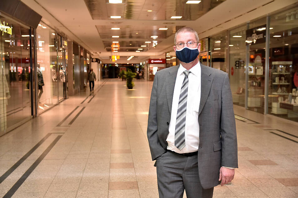 Lausitz-Center-Manager Dieter Henke, vorschriftsmäßig bemaskt, in der spätnachmittäglichen (weitestgehend leeren) Einkaufszeile.