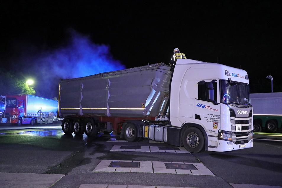 Gegen 2.30 Uhr sorgte ein qualmender und heißer Lkw Scania für einen Feuerwehreinsatz an der BAB 4.