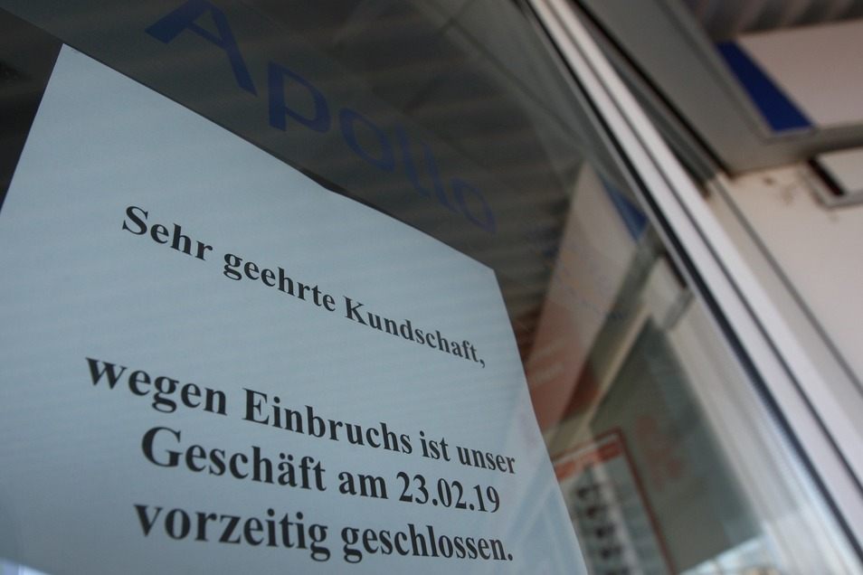Zettel an der Optiker-Filiale in Heidenau: Das Geschäft war Ziel der Einbrecher.