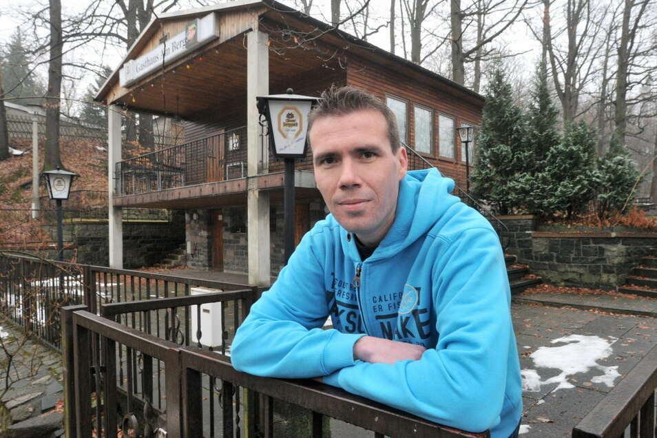Gastwirt Jens Israel kann nach dem Vandalismusschaden an seinem Lokal zumindest wieder Essen außer Haus anbieten.