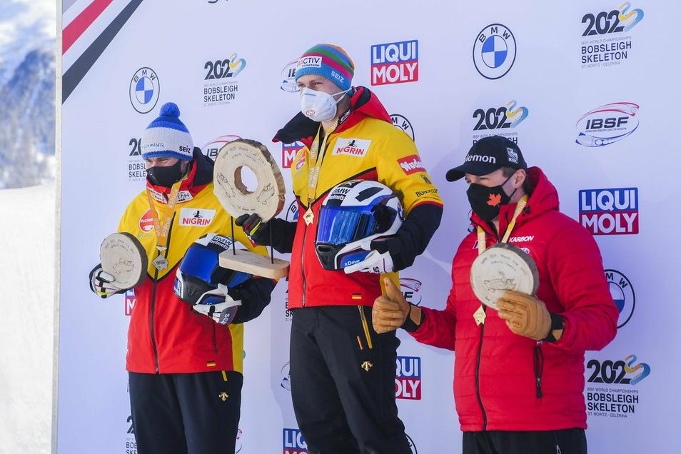 Das Podium im Zweierbob von St. Moritz: der Zweitplatzierte Johannes Lochner, Sieger Francesco Friedrich und der Drittplatzierte Justin Kripps aus Kanada (von links).