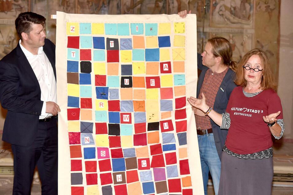 Gisela Hafer hat heute ein Wunschtuch an Zittaus Oberbürgermeister Thomas Zenker (links) übergeben. Darin sind 160 Wünsche eingenäht.