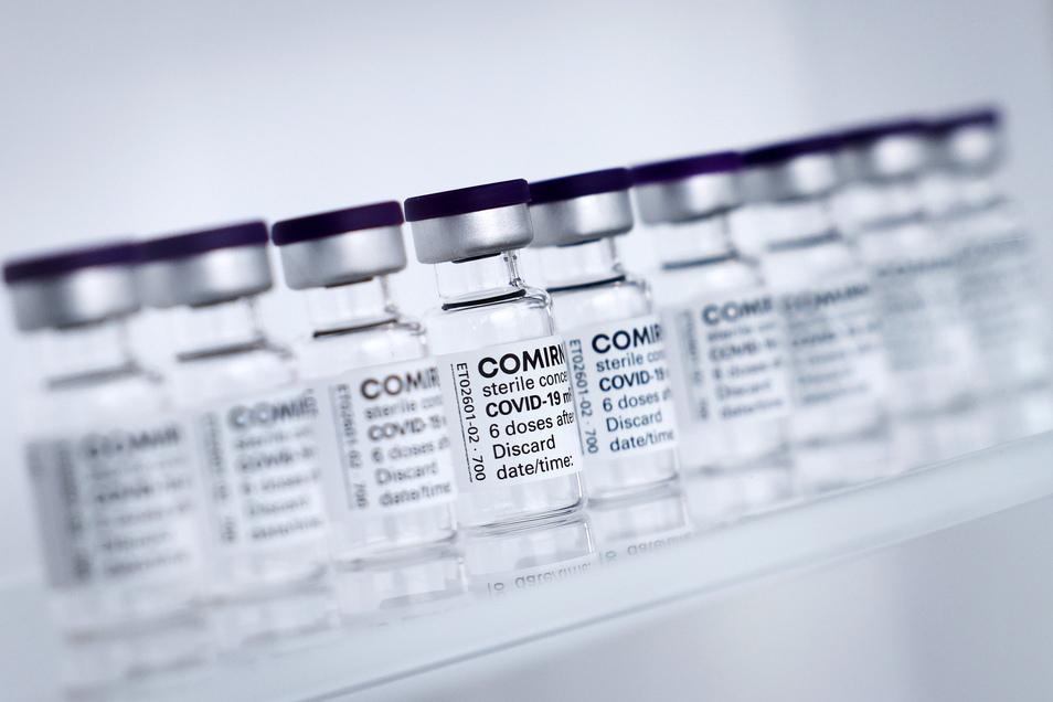 Fläschchen für den Impfstoff Comirnaty von Biontech/Pfizer stehen in den Produktionsstätten von Allergopharma in Reinbek bei Hamburg.