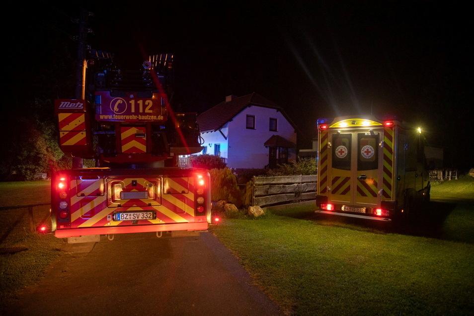 Zu einem Brand in einem Einfamilienhaus im Bautzener Ortsteil Stiebitz sind mehrere Feuerwehren am frühen Dienstagmorgen ausgerückt.