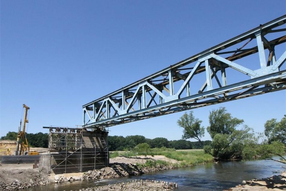 Altes muss Neuem weichen. Die Stahlträger der alten Bahn-Neiße-Brücke haben ausgedient. Die neue Brücke wird größer und hilft sogar der Umwelt.