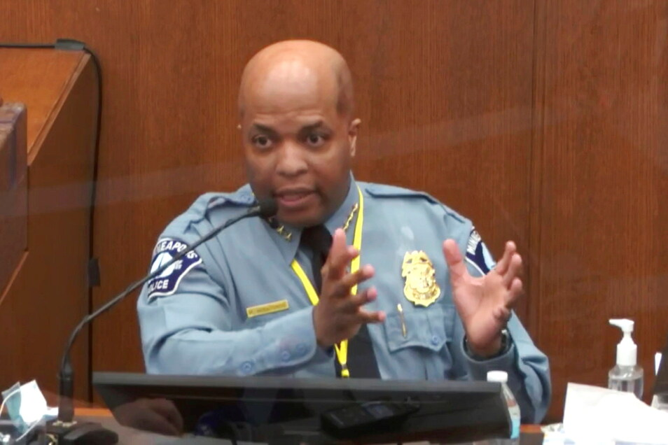 Der angeklagte Polizist kniete minutenlang auf dem Kopf von George Floyd, bis der starb. Im Prozess sagte nun der Polizeichef von Minneapolis gegen ihn aus.