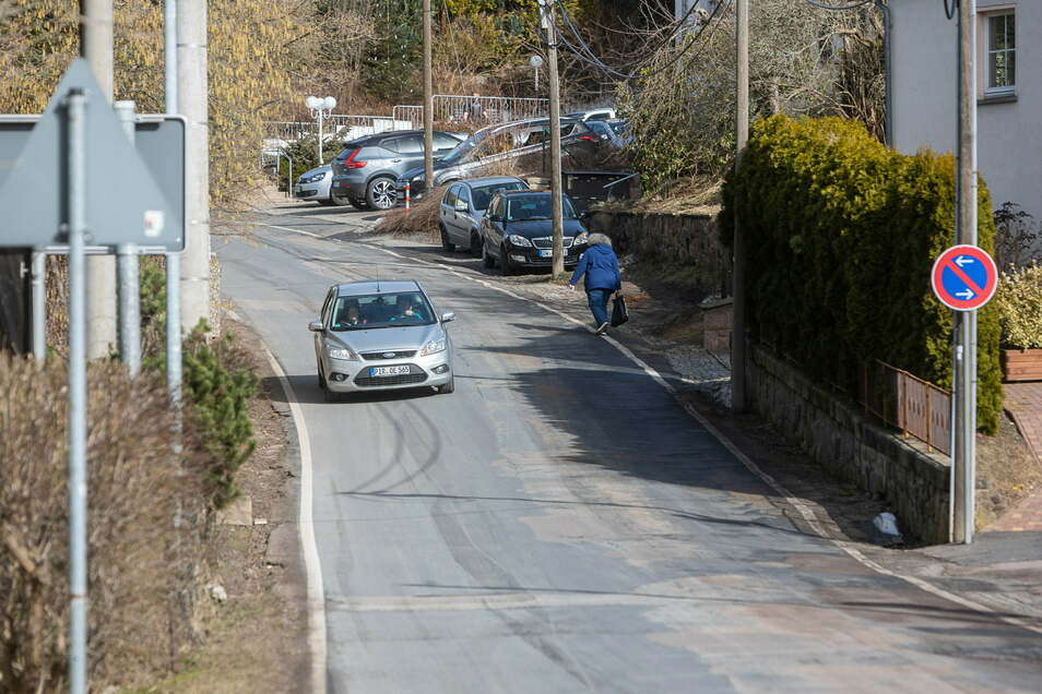 Das ist der Molchgrund in Schmiedeberg: schmal, schlechte Straßendecke und kein Fußweg. Aber an einen Ausbau ist so schnell nicht zu denken.