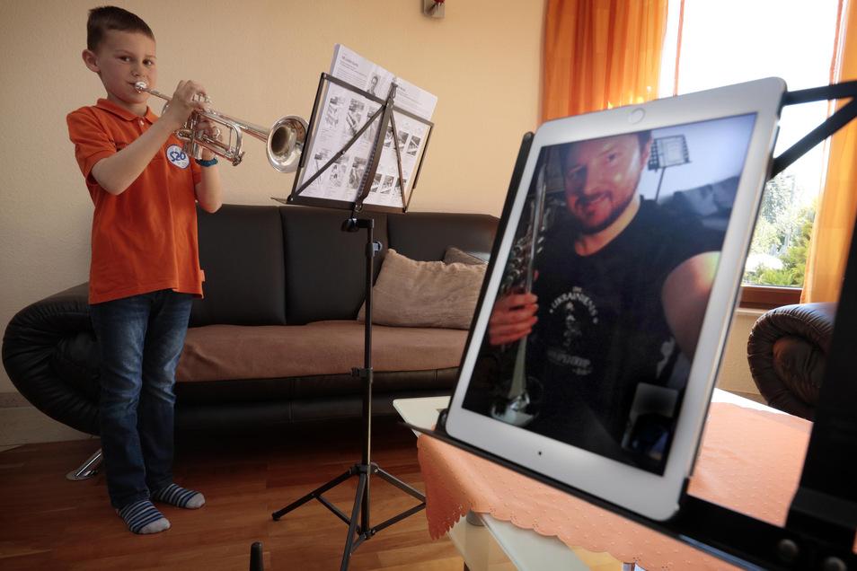Jonathan aus Friedersdorf bei Pulsnitz hat wegen Corona derzeit Trompeten-Unterricht via Internet. Lieber wäre ihm aber doch die Übungsstunde mit Lehrer Alexander Valnov in den Vereinsräumen des Oberlichtenauer Spielmannszuges.