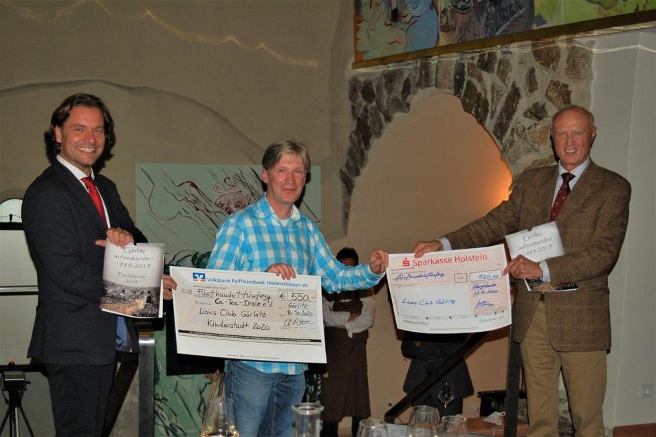 Enno Deege nahm zwei Schecks in Höhe von insgesamt 1.100 Euro für die Ersatzveranstaltung zur Kinderstadt 2020 von den Vertretern der Lionsclubs in Görlitz und Stormarn entgegen.
