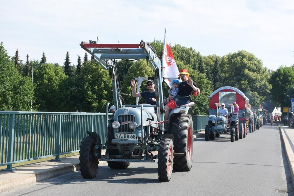 Die Teilnehmer am 8. Traktorentreffen in Klein Priebus rollen am Sonnabendnachmittag mit ihren Fahrzeugen über die Brücke Podrosche – Przewóz.
