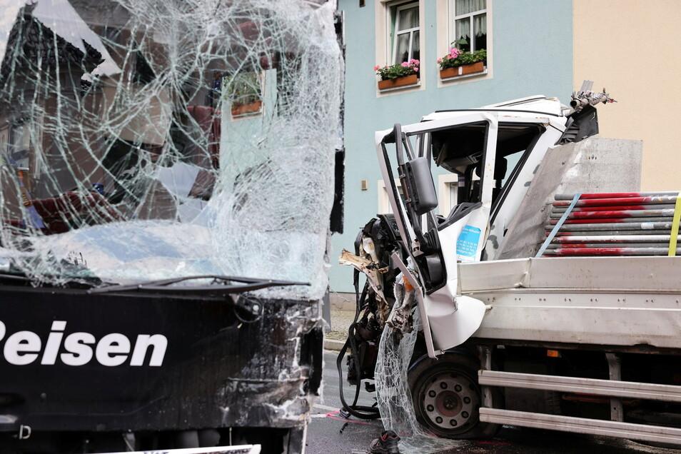 Am Montagnachmittag kam es in Bischofswerda zu einem schweren Busunfall. Dabei wurden vier Menschen verletzt.