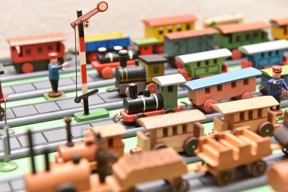 Ein Bahnhof aus Holz zeigt das Eisenbahnwesen.