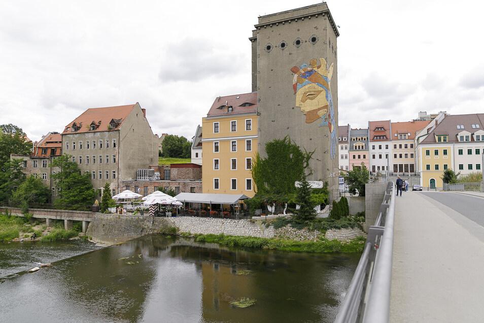 Das Getreidesilo der Dreiradenmühle ziert ein Mosaikgesicht. Es ist zum Wahrzeichen in Zgorzelec geworden.