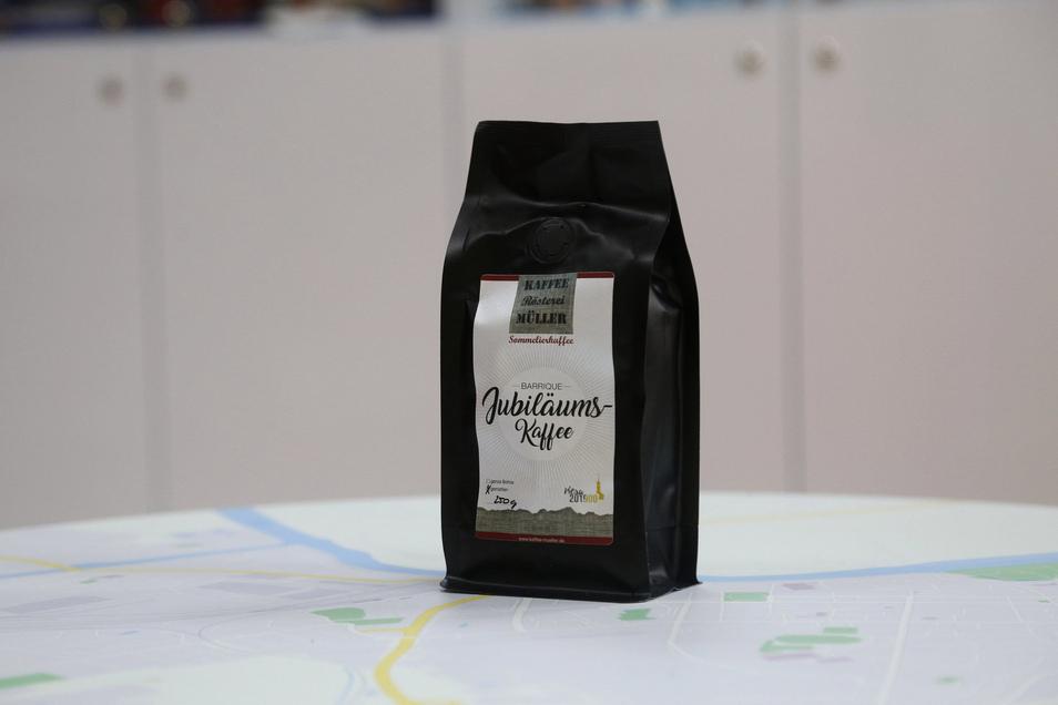 Den Riesaer Jubiläumskaffee aus Wildenhain gibt es in der Riesa-Information für 7,90 Euro.