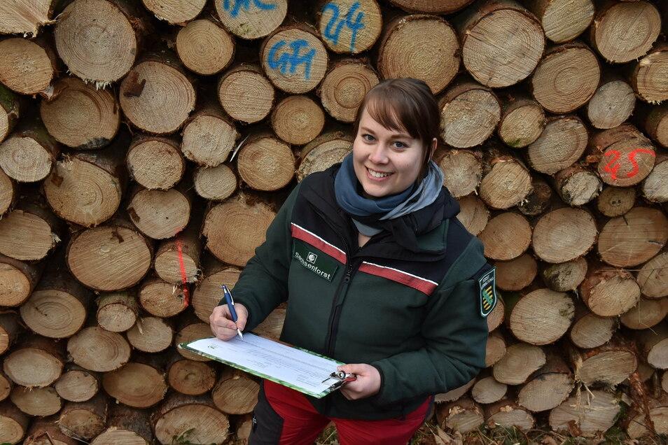 Sie kann wieder lachen: Karolin Zinnert ist die Chefin des Holzbüros beim Forstbezirk Neustadt. Nachfrage und Preise ziehen an.