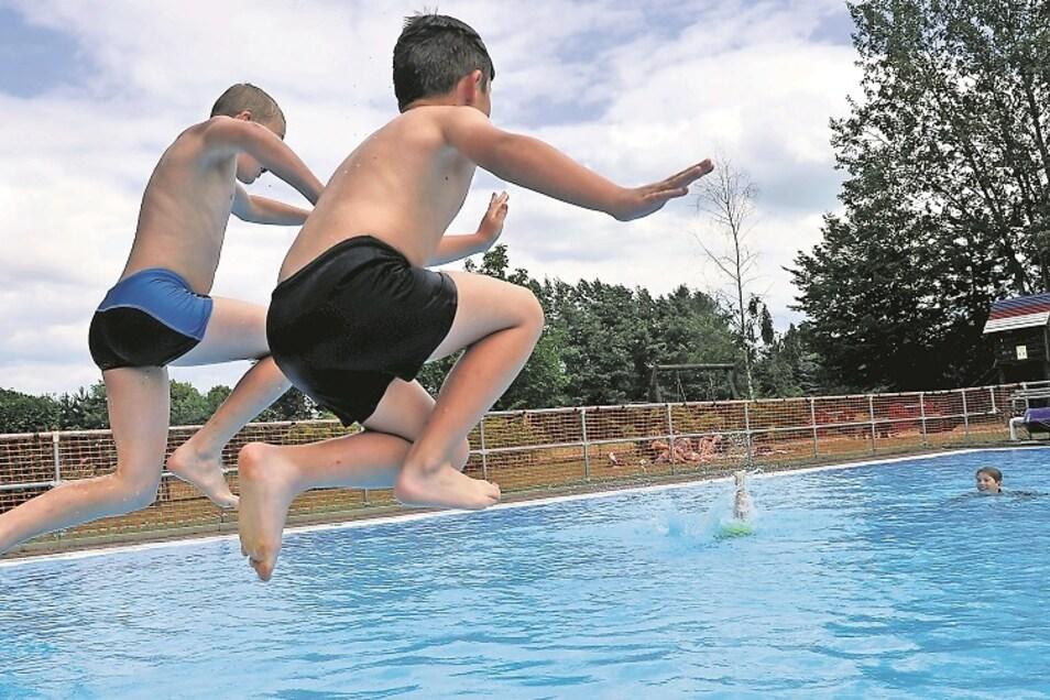Das Schwimmbad Mühlrose. Personal und Bewirtschaftung wurden 2020 mit 12.416 Euro aus der Kommunalpauschale bezahlt, abzüglich der 576 Euro Einnahmen. Schon 2019 war das Bad mit 14.000 Euro aus der Pauschale finanziert worden.
