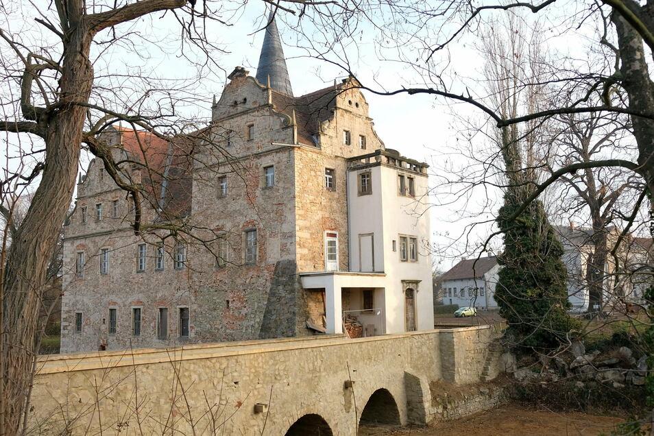 Das Wasserschloss Oberau soll in diesem Jahr ein neues Dach bekommen. Doch der Förderverein plant noch etwas anderes.