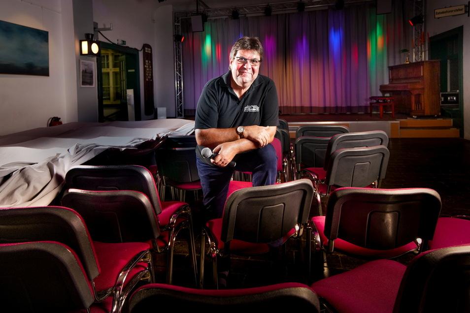 Der stellvertretende Vereinsvorsitzende Jürgen Zeidler hält im Weixdorfer Dixiebahnhof schonmal das Mikro bereit. Am 4. September steigt das erste Konzert. Vier weitere folgen in dem Monat.