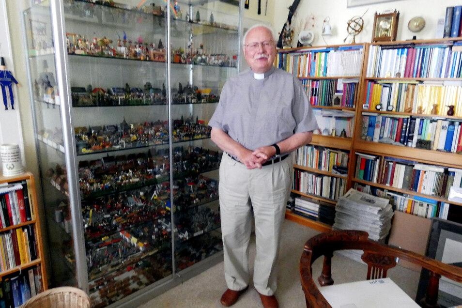 In Friedhart Vogels Arbeitszimmer gibt es Vitrinen voller Zinnfiguren und Erinnerungsstücke und natürlich auch jede Menge Bücher.