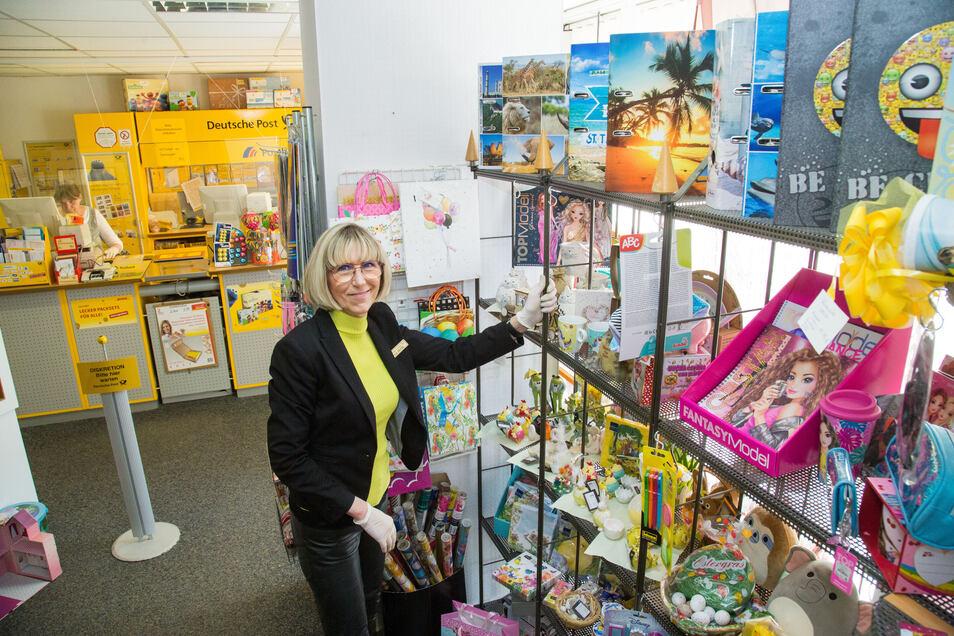 Leiterin Petra Bartha bietet in ihrer Postfiliale in Niesky auch kleine Geschenke für Ostern an. Im Hintergrund Mitarbeiterin Iris Urban.