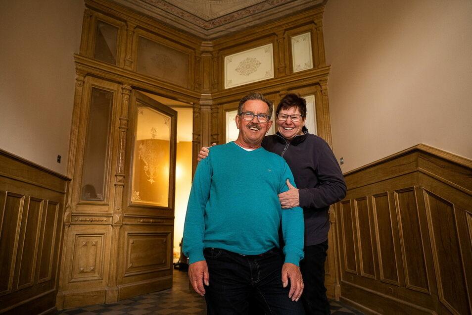 Die Bauherren Beate und Rainer Kampmann stehen im Eingangsbereich ihres Hauses, Emmerichstraße 56, in Görlitz. Hier konnten Fachleute viele Details originalgetreu aufarbeiten.