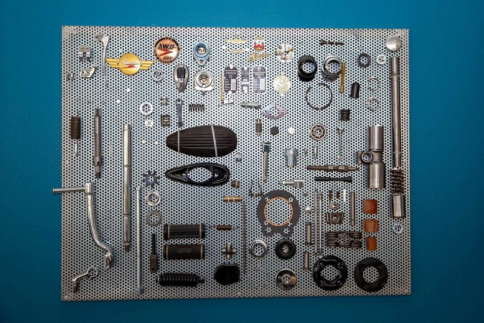 Produktpalette hochkant: Die Wände im Show-Room zieren Stillleben aus Motorradteilen.