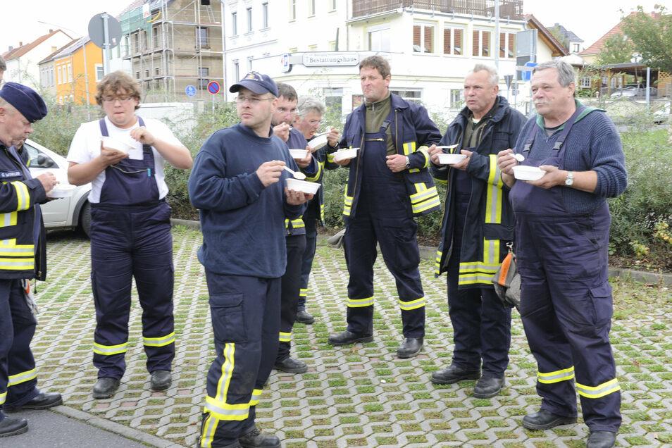 Die Feuerwehrleute, hier bei einer Pause an der Weßnitzer Straße, waren im Dauereinsatz.