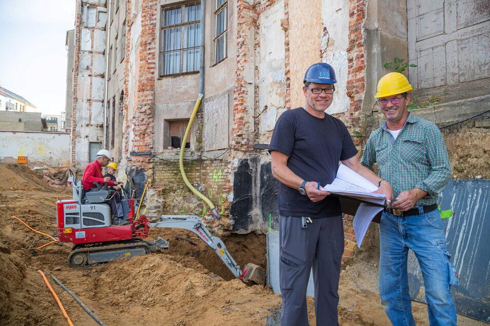 Hier wird an der Gebäudesicherung gearbeitet: Bauleiter Kai Rimbach von der Firma AIP (links) und Polier Frank Baumgarten von der Firma HFS Ebersbach.