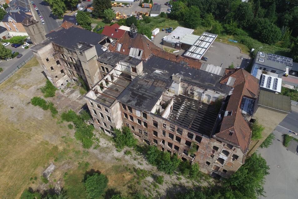Aus der Luft ist im Sommer 2018 gut zu sehen, wie groß die Zerstörungen im Dachbereich bereits sind.