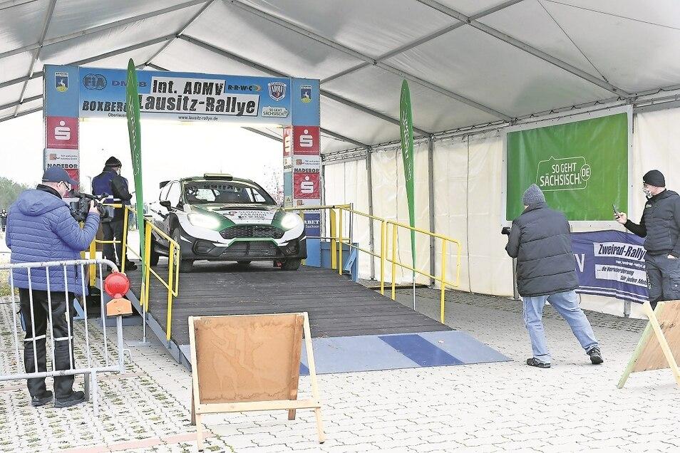 Rennpilot Armin Schwarz steuert mit seinem Ford Fiesta R5 eine Weltneuheit im Lenksystem.