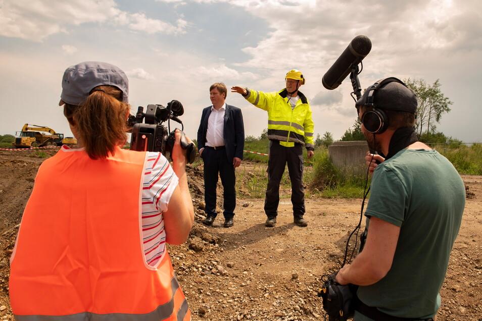 Dinah Münchow an der Kamera und Stephan Liskowsky beim Dreh Anfang Juni für den MDR-Film mit Großenhains OB Sven Mißbach (parteilos) und Projektleiter Silvio Strauß.