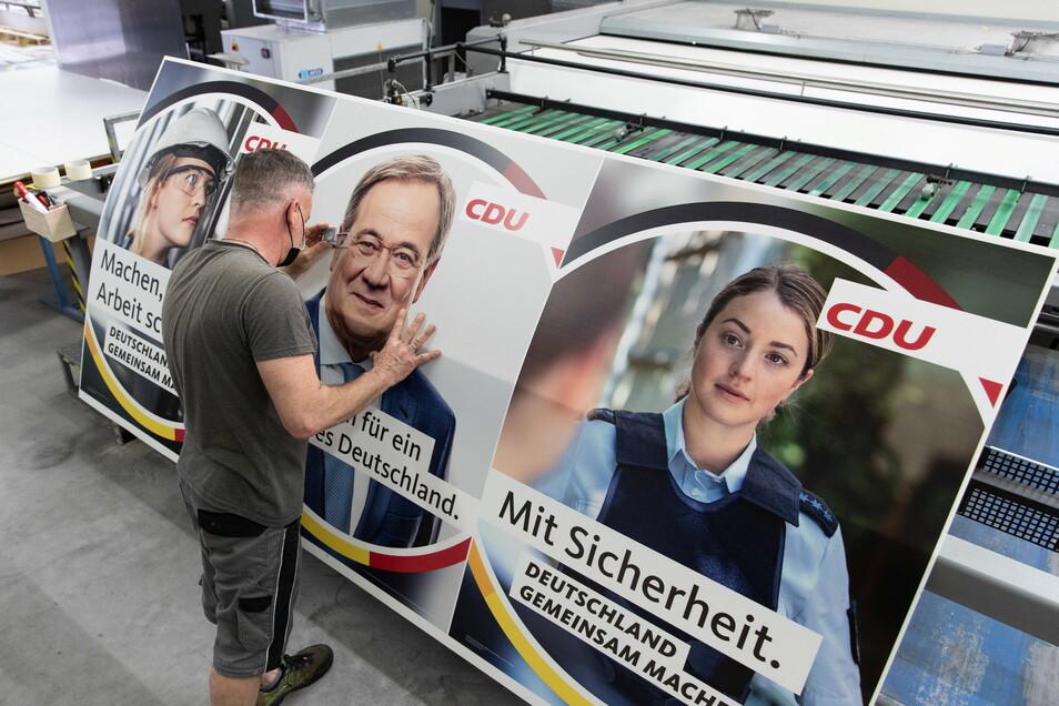 Wahlplakate der CDU in einer Druckerei: Rechts ist die Polizistin zu sehen, die im wahren Leben gar keine ist.