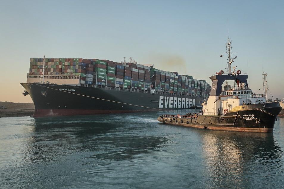 """Schlepper arbeiten am Montag an der Freisetzung des auf Grund gelaufenen Containerschiffs """"Ever Given"""" im Suezkanal. Nun ist das Schiff wieder flott."""