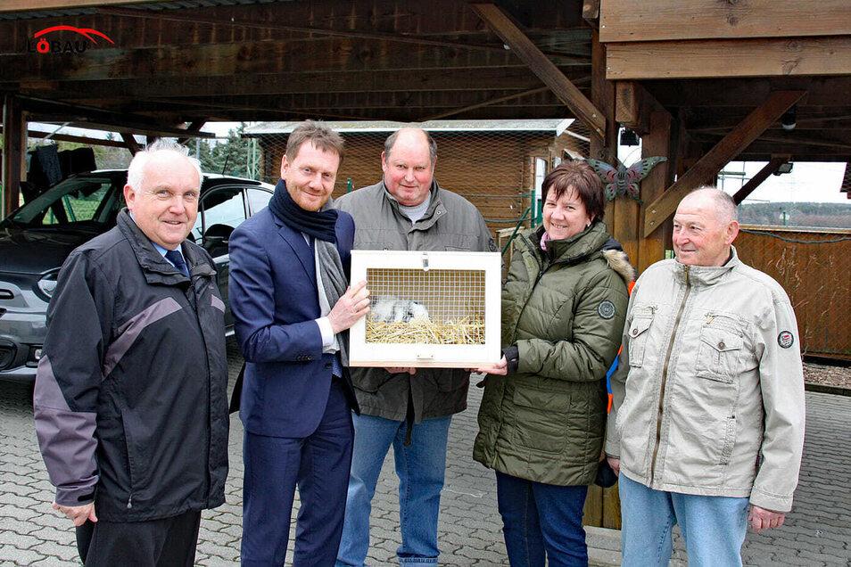 Ministerpräsident Michael Kretschmer (2. von links) kommt immer wieder zum OB nach Lawalde, um von ihm und seinen Zuchtfreunden ein Kaninchen zu erstehen.